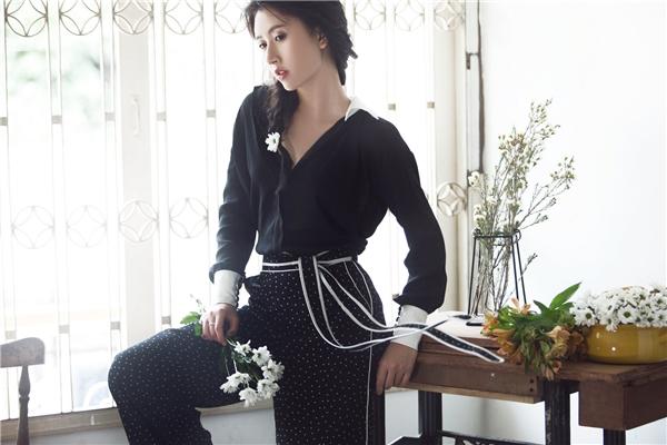 Cùng một chiếc quần, Quỳnh Anh Shyn lại trông thanh lịch hơn hẳn khi diện cùng áo sơ mi có phần tay, cổ to bản. Sự hòa quyện giữa hai sắc màu cổ điển, có sức hút vượt thời gian khiến người xem không thể rời mắt.