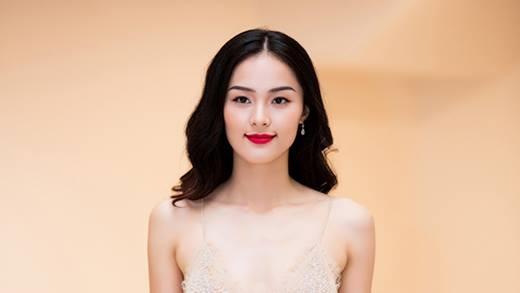 Từ khi trở thành bạn gái của đại gia, người đẹp 9x có sự thay đổi rõ rệt về cách ăn mặc. Trong những sự kiện gần đây, Hạ Vi chuộng những bộ váy quyến rũ, có chất liệu mỏng manh.