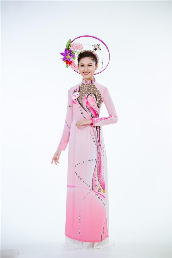 Thí sinh Huỳnh Thị Thùy Dung diện áo dài với sắc hồng ngọt ngào, thanh tú. Hoa khôi Đại học Ngoại thương 2016 đang được xem là một trong những ứng cử viên sáng giá cho ngôi vị Hoa hậu Việt Nam 2016.