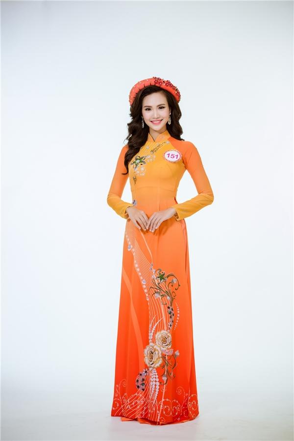 Sái Thị Hương Ly nổi bật với màu da cam nóng bỏng.