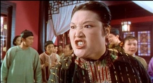 Với lối diễn xuất khoa trương đầy hài hước, nữ diễn viên đã đảm nhận những vai diễn đầy hung hăng, dữ dằn.