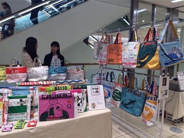 Chỉvới một chút biến tấu, chiếc bao đã trở thành túi xách độc - lạ được khắp nước Nhật yêu thích.