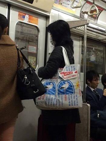 Chiếc túi xuất hiện ở mọi nẻo đường từ ga tàu điện ngầm đến trung tâm mua sắm.