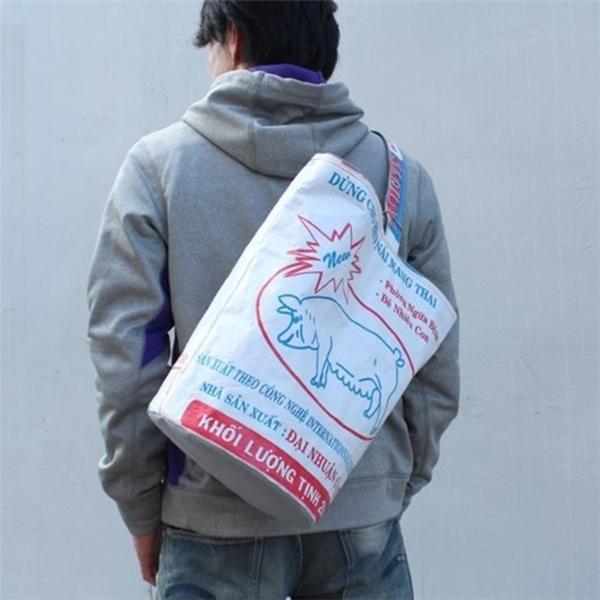 Từ fashionista, giới trẻ đến người già ở Nhật Bản, ai ai cũng có ít nhất một chiếc túi loại này vì chúng rất tiện dụng.
