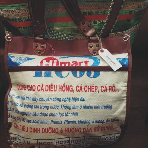 """Mỗi chiếc túi có giá khác nhau tùy mẫu mã, thậm chí có chiếc """"túi cám"""" có giá lên đến 3.3 triệu đồng nhưng vẫn """"đắt như tôm tươi""""."""
