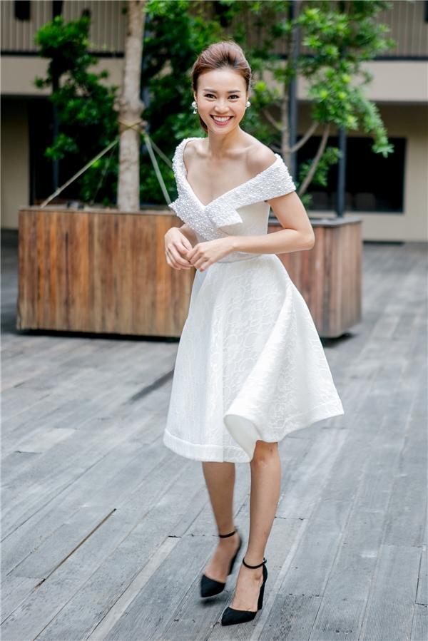"""Bộ váy giúp """"nàng Cám"""" khoe trọn đôi vai trần gợi cảm, quyến rũ. - Tin sao Viet - Tin tuc sao Viet - Scandal sao Viet - Tin tuc cua Sao - Tin cua Sao"""