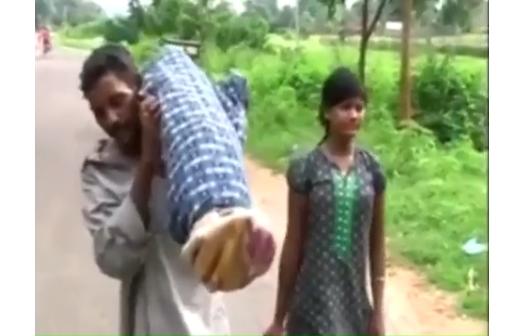 Không nhận được sự giúp đỡ của bệnh viện, người đàn ông tội nghiệp chỉ có thể vác xác vợ đi bộ 70km về nhà vì không có tiền thuê xe.