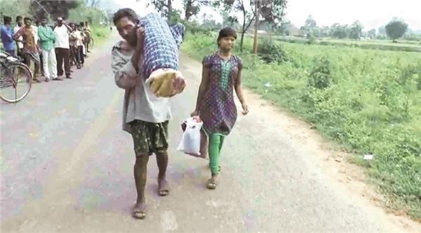 Không có tiền thuê xe tang, chồng nghèo vác xác vợ đi bộ hơn 12km