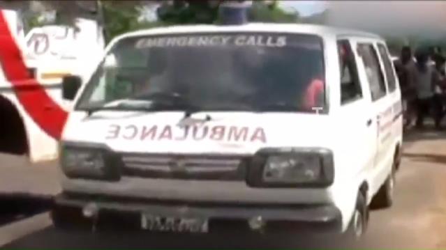 Một nhóm phóng viên địa phương sau khi biết được hoàn cảnh gia đình ông đãsắp xếp xe cứu thương chở ông và thi thể người vợ quá cố về nhà.