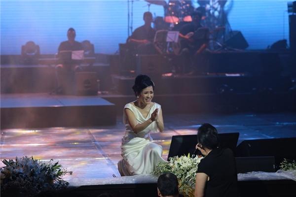 """Chất giọng sáng và vang của người khán giả này khiến Hồng Nhung phải chắp tay """"vái lạy"""". - Tin sao Viet - Tin tuc sao Viet - Scandal sao Viet - Tin tuc cua Sao - Tin cua Sao"""