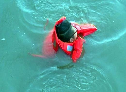 Khi anh chàng người yêu chịu xuống sông cứu người thì mọi chuyện đã muộn.