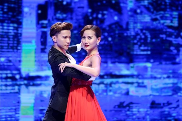 Trong phần thi phụ tạo dáng chụp ảnh với điệu nhảy nhẹ nhàng, thướt tha, Khánh Ngân đội Phạm Hương giành chiến thắng.