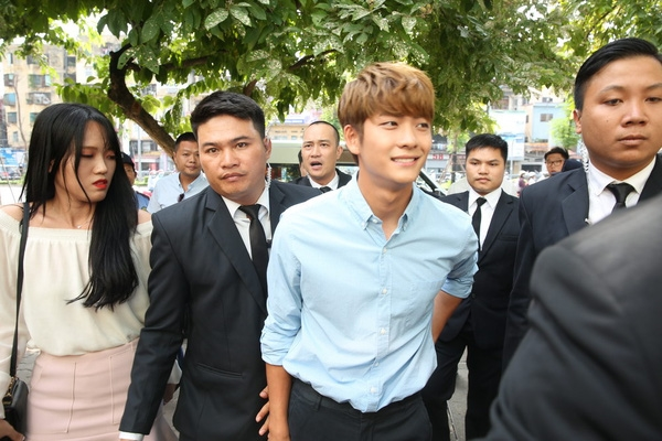 Kang Tae Oh xuất hiện bảnh bao, cuốn hút tại Hà Nội.