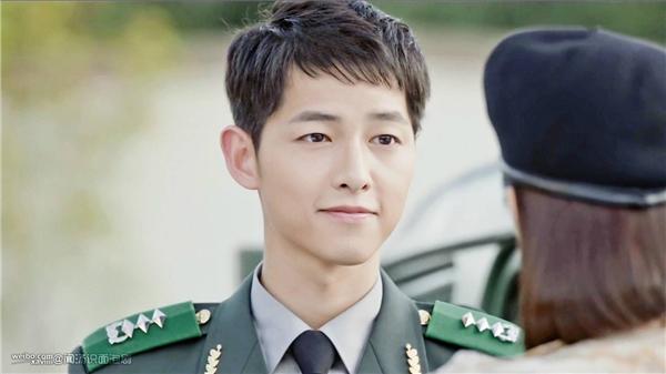 """Bản thân là lính, Yoo Shi Jin luôn mang trong mình trách nhiệm giữ hòa bình cho đất nước. Cuộc sống của anh đặt lí tưởng cao cả này lên làm trọng và hết lòng vì quê nhà như một """"hậu duệ Mặt Trời"""" chân chính."""