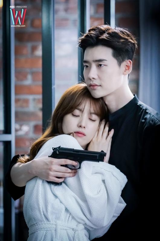 Về điểm này, Kang Chul cũng không hề kém cạnh. Vừa gặp Oh Yeon Joo, anh đã khẳng định đây là chìa khóa của đời mình. Sau khi vừa tỏ tình và hôn người đẹp, Kang Chul đã nhận Oh Yeon Joo là vợ sắp cưới, một mặt giúp cô ra khỏi tù, mặt khác để khằng định chủ quyền.