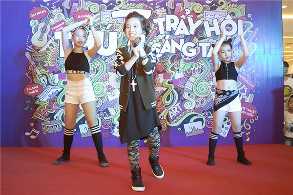 Bên cạnh các ca khúc từng ghi dấu ấn trong chương trình Vietnam Idol Kids 2016, Gia Khiêm đã khuấy động không khí khi cover lại một bản hit của Sơn Tùng M-TP, từng được đông đảo khán giả quan tâm, yêu thích.