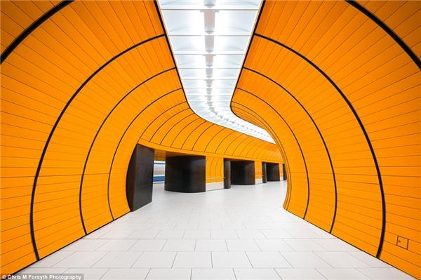 Các nhà ga ở Munich có đa dạng thiết kế màu sắc ấn tượng nhưng đặc biệt và nổi bậthơn cả là nhà gaMarienplatz ở trung tâm thành phố. Nhà ga này chủ yếuphục vụ trongthành phố vớikhoảng 24.000 người mỗingàyvà 8.000 hành khách ra vào mỗi giờ. Kiến trúc sưAlexander Freiherr von Branca đã thiết kế nó với tông màu cam chủ đạo kết hợp với 2 màu xanh đen. Giữa năm 2003 và 2006,2 đường hầm dài xấp xỉ100m được đàosong song với sân ga,kết nối với 1 hành lang tớisân gahiện tại qua 11 lối đi có cổng vòm.
