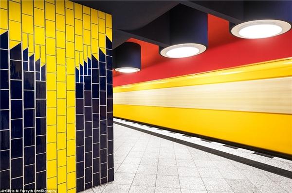 Nhà gaRichard-Wagner-Platz tọa lạc tại thành phốU-Bahn và nằm gần nhà hát OperaDeutsche. Nhà ga này từng có tên làWilhelmplatz và đã bị đóng cửa vào1970 cho đến năm1974, người ta mới cho mở lại với một cái tên mới hoàn toàn. Nó nổi bậc với phong cách khảmByzantine (có thể thấy trên hình) và hình ảnh của một số nhân vật lịch sửthời trung cổ.
