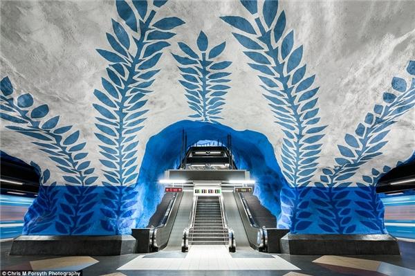 """Nhà ga này được nhiều người biết đến với tên gọi """"trái tim của hệ thống tàu điện ngầmStockholm"""" bởi vì đây là nhà ga duy nhất có 3 đường ray gặp nhau. Bên cạnh đó,T-Centralen cũng là nơi đầu tiên được thử nghiệm ý tưởng trang hoàng bằng nghệ thuật, tạo hiệu ứng thoải mái cho các hành khách đi lại. Công trình điêu khắc ban đầu sớmbắt đầu từ cuối năm 1950 và được bổ sung, hoàn thiện chủ yếu bởinghệ sĩ Per Olof Ultvedt."""
