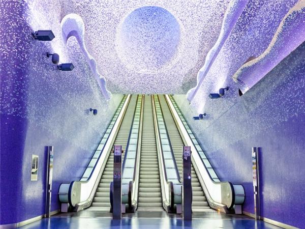 """Nhà gaToledo được tờ Daily Telegraphđánh giá là """"trạm tàu điện ngầm ấn tượng nhất châu Âu"""" bởi kiến trúc nghệ thuậthiện đại và sự sáng tạo độc đáo của nó. Đây là một tác phẩmtuyệt vời được tạo tác bởi hơn 90 kiến trúc sư, họa sĩ, nhà thiết kế,... đến từ khắp nơi trên thế giới. Nhà ga này nằm ở một trong những nơi sâu nhất của hệ thống tàu điện ngầm Naples và được thiết kế theo chủ đề nước và ánh sáng. Kiệt tác Toledo được giám sátbởi nhà phê bình nghệ thuật kiêmcựu giám đốc Venice Biennale, Achille Bonito Oliva."""