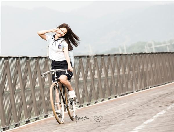 Đi xe đạp cũng phải tạo dáng nhí nhảnh như thế này.