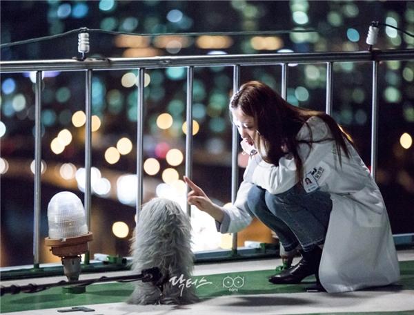 """Không thể tin được, bác sĩ Seo Woo lạnh lùng, cá tính của chúng ta lại có những khoảnh khắc đáng yêu như thế này. """"Gà cưng"""" nhà YG tranh thủ thời gian để chơi đùa cùng chiếc mic thu âm."""