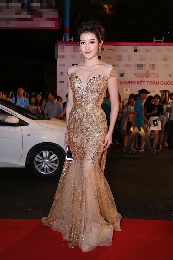Á hậu Việt Nam 2014 Huyền My diện váy xuyên thấu ánh kim nổi bật. Cô là người duy nhất trong top 3 của năm 2014 xuất hiện tại đêm chung kết Hoa hậu Việt Nam 2016.
