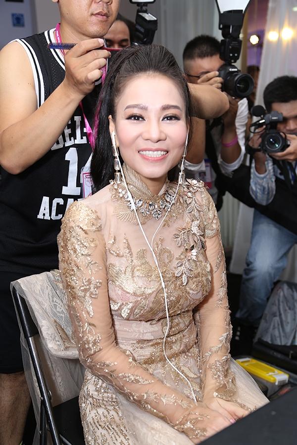 Nữ ca sĩ Thu Minh tươi rói trong hậu trường. Cô sẽ thể hiện ca khúc tôn vinh nhan sắc Việt được nhạc sĩ Dương Khắc Linh viết riêng cho Hoa hậu Việt Nam 2016.