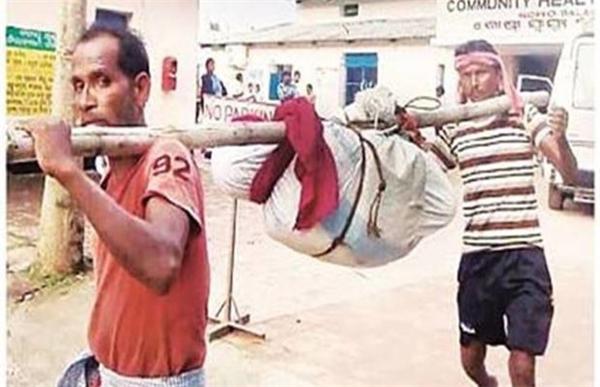 Hình ảnh gây rúng động đường phố Ấn Độ khi một thi thể bị treo đòn gánh khiêng đi