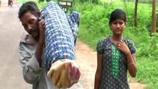 Cha và con gái vừa khiêng xác mẹ đi suốt 12km về nhà vừa khóc lóc thảm thiết.