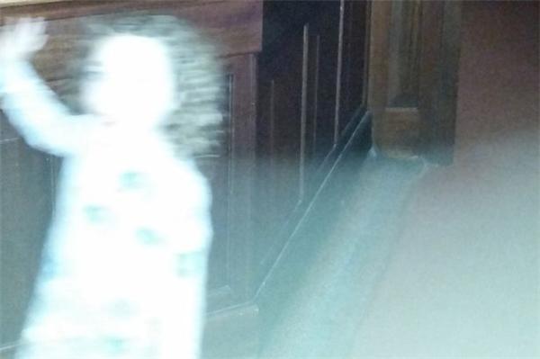 Rùng mình bóng ma cô gái nhỏ vô tình xuất hiện trong bức ảnh
