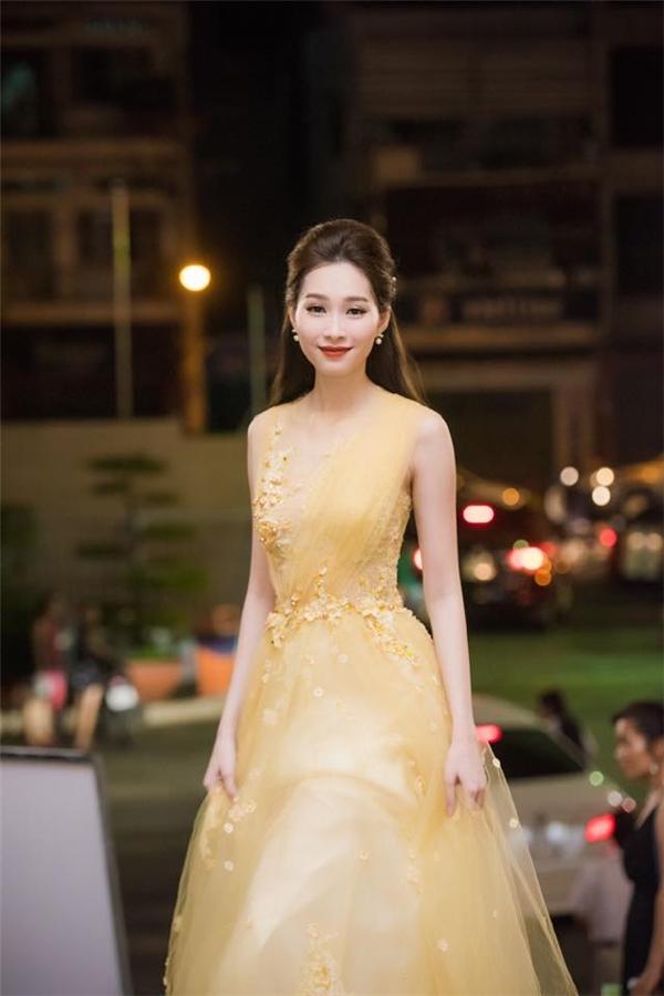 Váy xòe voan pha ren màu vàng nhạt vừa khéo léo tôn lên nước da trắng, vóc dáng thanh mảnh của Thu Thảo, đồng thời tạo vẻ nữ tính, sang trọng và đẳng cấp.