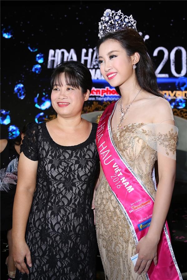 Sau khi được nhận diện, mẹ của Đỗ Mỹ Linh cho biết chỉ có một mình đến cổ vũ con gái trong đêm chung kết do bố của Hoa hậu Việt Nam 2016 đang gặp vấn đề về sức khỏe nên không thể vào TP.HCM.