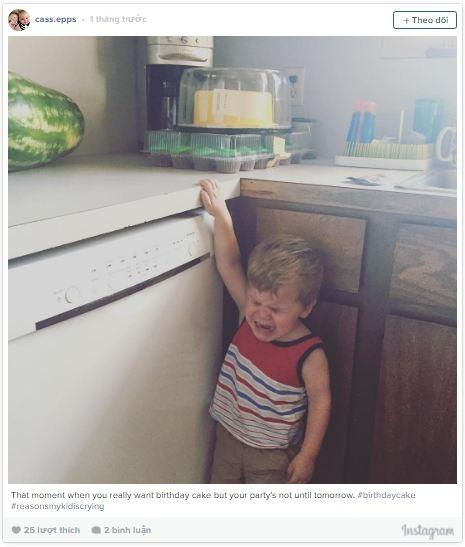 Cu cậu khóc như được mùa chỉ vì mẹ không cho ăn trước bánh kem sinh nhật vì ngày mai mới là sinh nhật của mình.