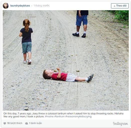 Còn cậu nhóc này lại nằm vật ra đường gào khóc vì không được lấy đá ném lung tung.Ăn vạ mọi lúc mọi nơi đúnglà sở trường của mấy cô cậu này rồi.