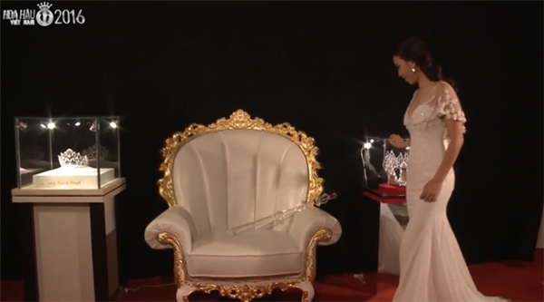 Ái Phương trong căn phòng chứa vật phẩm dành cho Hoa hậu Việt Nam 2016 - Tin sao Viet - Tin tuc sao Viet - Scandal sao Viet - Tin tuc cua Sao - Tin cua Sao