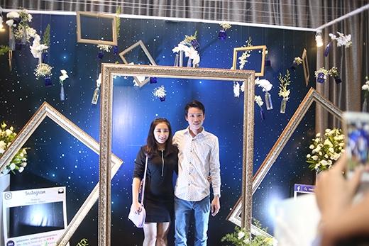 Khu vực chụp hình cho các khách mời được bố trí ở sảnh ngoàitheo phong cách lãng mạn, lấy tone màu chủ đạo là xanhvà trắng.
