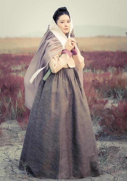 Trong những bộ trang phục truyền thống, Lee Young Ae luôn toát lên vẻ đẹp trang nhã đầy khí chất cổ điển.