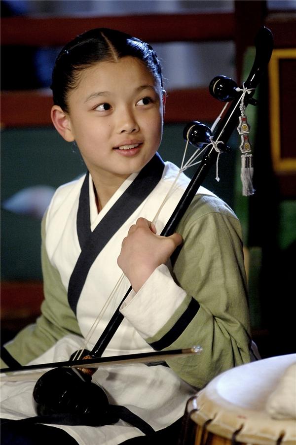 Tham gia các bộ phim cổ trang ngay từ khi còn nhỏ vì vậy hình tượng trang phục Hanbok rất đỗi quen thuộc với Kim Yoo Jung.