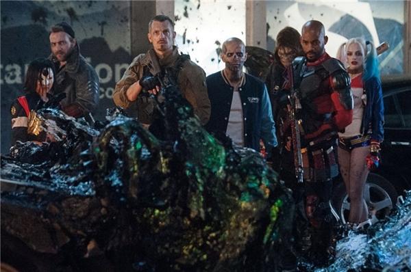 """4. Suicide Squad - 636 triệu USD*: Sau thất bại về mặt chất lượng của Batman vs Superman: Dawn of Justice, công chúng tiếp tục đặt niềm tin ở Suicide Squad, nhưng rốt cuộc thêm một lần nữa cảm thấy chưng hửng. Bộ phim xoay quanh sự ra đời của nhóm Biệt đội Tự sát có cốt truyện lỏng lẻo và nhiều tình tiết phi lý, khiến người ta thêm một lần nữa thắc mắc liệu đến bao giờ DC cùng Warner Bros. mới có thể """"bắt kịp"""" đối thủ Marvel Studios và Disney. Song, sự tò mò của khán giả dành cho Suicide Squad là rất lớn. Cộng thêm việc không phải đối đầu với tác phẩm lớn nào khác, bộ phim có ba tuần liên tiếp dẫn đầu phòng vé Bắc Mỹ và đạt kết quả tương đối khả quan ở cấp độ toàn cầu, bất chấp việc bị cấm chiếu ở Trung Quốc. (Ảnh: Warner Bros.)"""