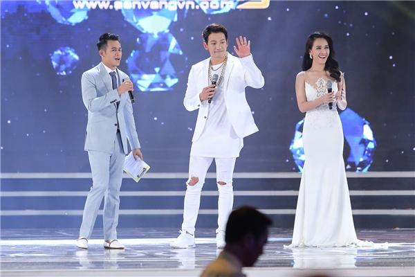 Trong phần giao lưu ngắn cùng 2 MC của chương trình, Bi (Rain)tâm sự niềm vui và hạnh phúc khi gặp gỡ người hâm mộ Việt Nam. Trước câu hỏi ấn tượng về đất nước hình chữ S, nam ca sĩ chia sẻ thích ăn phở và trang phục truyền thống áo dài.