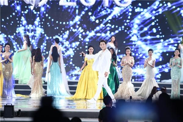 """Bi (Rain)nổi bật giữa """"30 cánh hồng"""" đang đua mình khoe sắc tại đêm chung kết Hoa hậu Việt Nam 2016."""