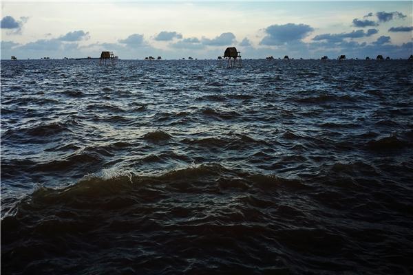 Ở Đồng Châu bạn sẽ không được ngắm cảnh hoàng hôn trên biển, nhưng bù lại khi thủy triều lên cao ngập bãi ngao, bạn sẽ cảm nhận được sự thanh bình hoang sơ của thiên nhiên con người nơi đây
