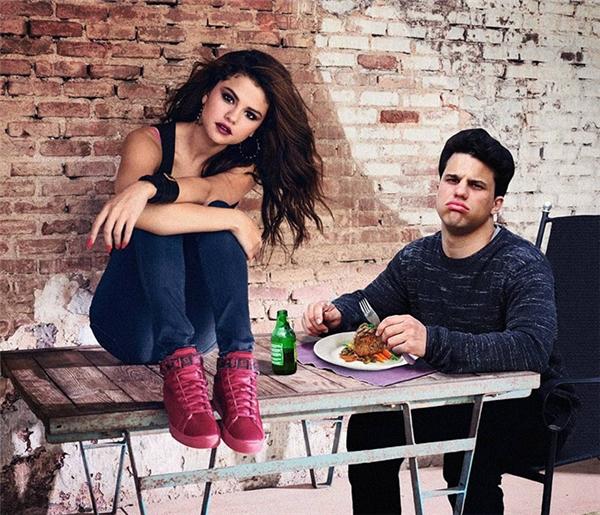 Mỗi lần Selena bị phục vụ đồ ăn muộn, cô nàng lại ngồi lên bàn làm phách thế này đây. Chỉ tội anh bạn không được phép ăn, đành nhìn đĩa thịt thơm ngon nguội lạnh mất.