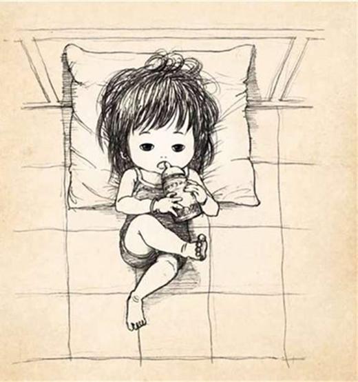 Mỗi lần thấy dáng ngủ kỳ quặc của con, lại không thể không cười.