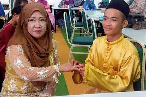 Bức ảnh chú rể trao nhẫn cưới cho cô dâu 42 tuổi gây xôn xao cộng đồng mạng
