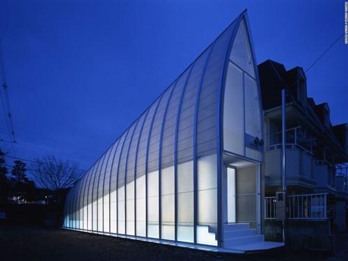 Những ngôi nhà dùng nhiều gương kính để tạo cảm giác ăn gian không gian.