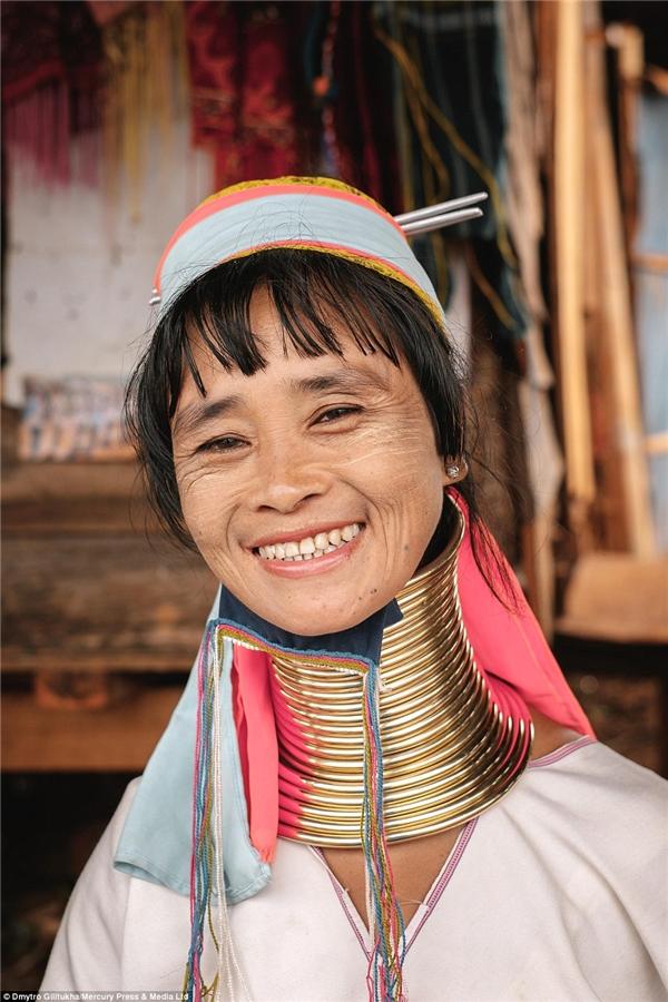 Họ nổi tiếng với truyền thống đeo vòng đồngkéo dài cổ.