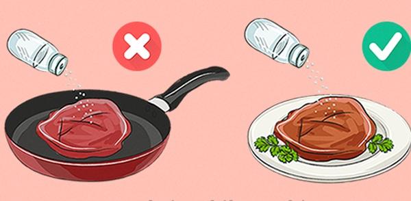 Để có món bò bít tết ngon và mềm, bạn tốt hơn đừng nêm muối vào thịt lúc đang nấu. Thay vào đó, hãy rắc muối lên thịt sau khi bạn đã bày chúng ra đĩa. Đây là công thức được rất nhiềuđầu bếp áp dụng trongnhà hàng để món bò không bị dai, khó nhai.