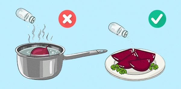 Để đảmbảo hương vị của món củcải luộc, bạn không nên nêm muối trong lúc nấu mà hãy vớt chúng ra đĩa sau đó rắc muối lên sau, hoặc chuẩn bị một chén gia vị kế bên và chấm ăn kèm.